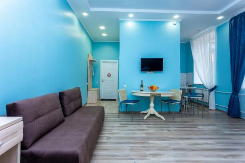 A seating area at Leto Apartments