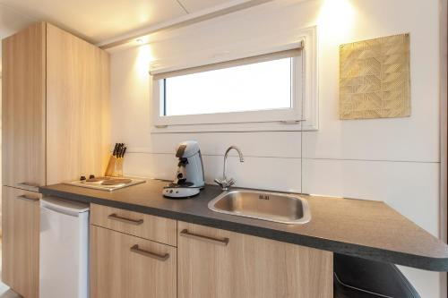 A kitchen or kitchenette at Tiny floating house Ibiza