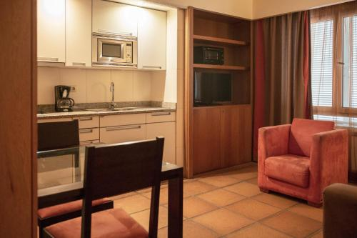 Een keuken of kitchenette bij Apartamentos Turisticos Atlantida