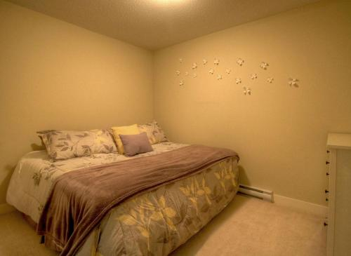 A bed or beds in a room at Waterscapes Resort by Discover Kelowna Resort Accommodations