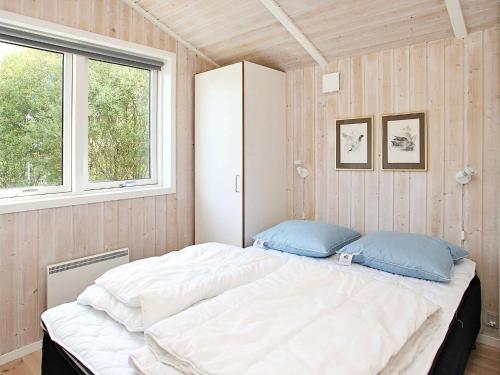 Un ou plusieurs lits dans un hébergement de l'établissement Three-Bedroom Holiday home in Ålbæk 58