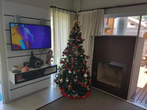 Una televisión o centro de entretenimiento en Casa de Praia em PONTA DAS CANAS, FLORIANÓPOLIS