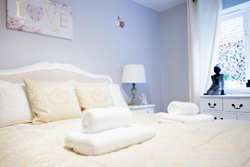 A bed or beds in a room at Stylish London 3-Bedroom, 3 Bathroom Apartment