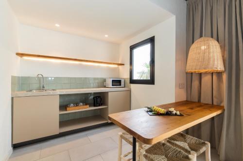 Een keuken of kitchenette bij Mar Hotels Paradise Club & Spa