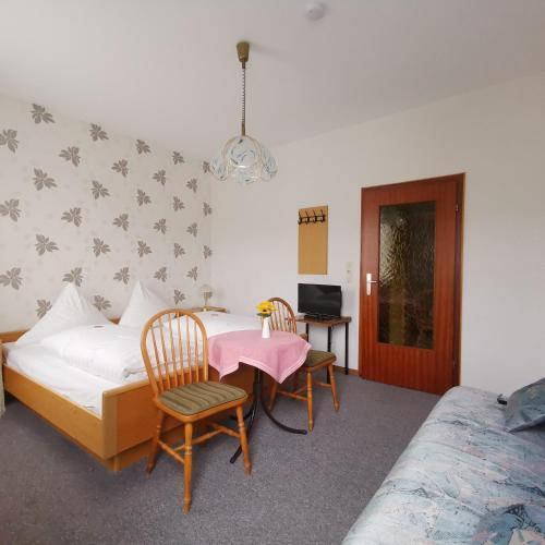 Ein Bett oder Betten in einem Zimmer der Unterkunft Hotel Restaurant LAHNHOF
