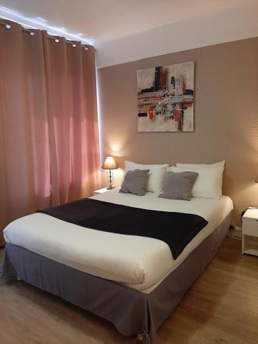 Un ou plusieurs lits dans un hébergement de l'établissement Hôtel Bellevue Cannes