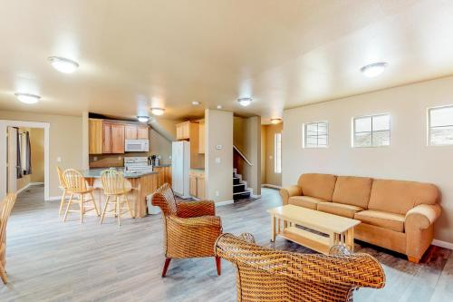 A seating area at Lakeview Villa #510