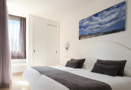A bed or beds in a room at Aparthotel Duva & Spa