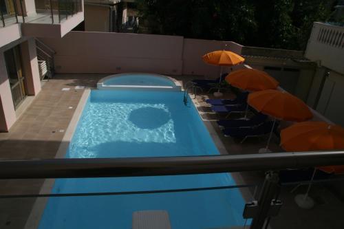 Uitzicht op het zwembad bij Blue Sky Hotel Apartments of in de buurt