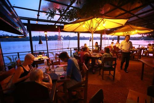 A restaurant or other place to eat at Thumbelina Apartments & Hotel
