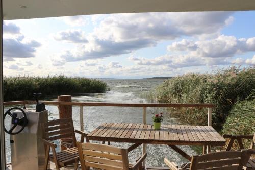 Ein Balkon oder eine Terrasse in der Unterkunft Hausboot Glaukos