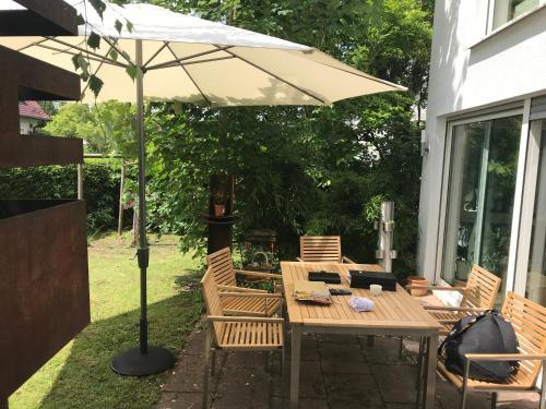 A restaurant or other place to eat at Schönes Haus mit Garten in bester Lage Böblingens