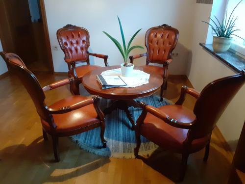 Ein Sitzbereich in der Unterkunft Apartments Fröhling