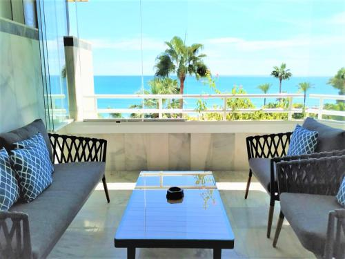 A balcony or terrace at Coral Beach Aparthotel