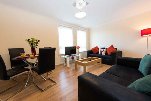 A seating area at PREMIER - Paisley Road Apartment