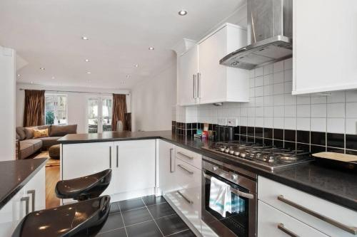 A kitchen or kitchenette at Gorgeous 4bed 2bath house, Archway, 5min to tube