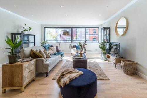 A seating area at 2bed 2bath on Harley St 6mins to Oxford Circus