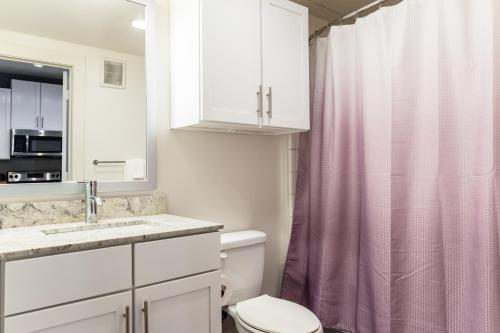 A bathroom at Urbanlights at Legacy West