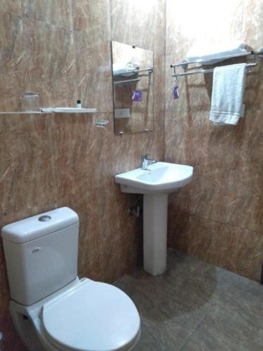 A bathroom at Hotel LA Budaun