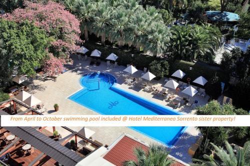 Vista sulla piscina di M Suites Sorrento o su una piscina nei dintorni
