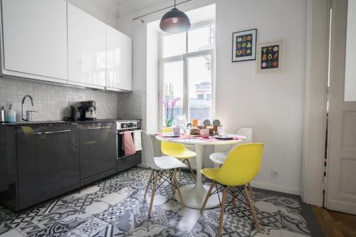 Virtuvė arba virtuvėlė apgyvendinimo įstaigoje oompH Warsaw Central Elegant Apartment