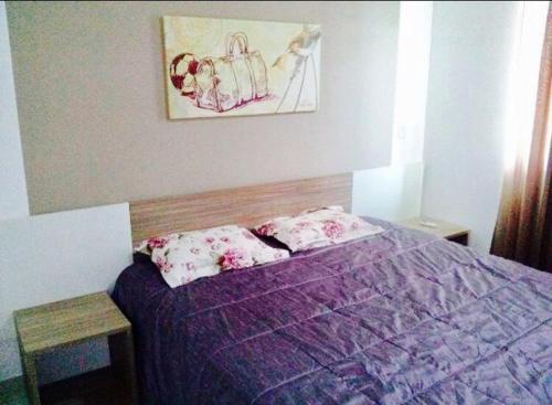 A bed or beds in a room at Riviera Park Flat