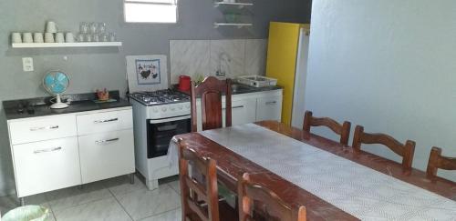 Una cocina o zona de cocina en Residencial Ponta Norte