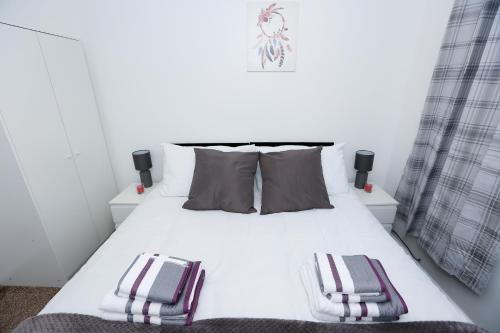 A bed or beds in a room at THE PALMERSTON 3 BED HOUSE THAMESMEAD GREENWICH LONDON