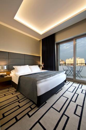 سرير أو أسرّة في غرفة في فندق جيهانجير