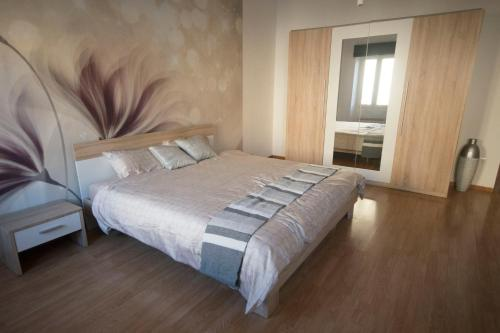 A bed or beds in a room at A delightful new apartment close to Trieste center