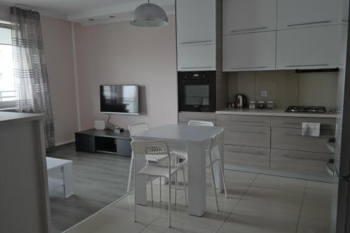 A kitchen or kitchenette at Apartament Ryska 3A