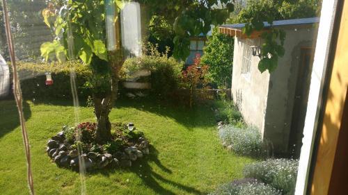 Un jardín fuera de Apartamentos Radales en San Martin