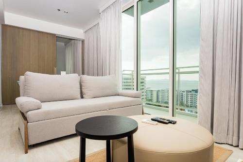 A seating area at Veranda Residence by MonthStayz