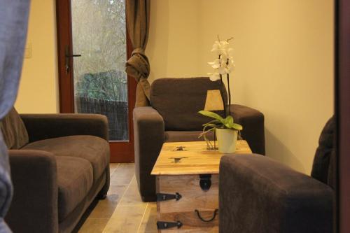 A seating area at maison neuve en bois près de Pairy Daisa