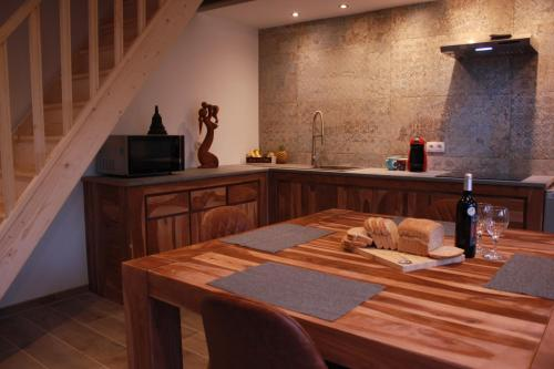 A restaurant or other place to eat at maison neuve en bois près de Pairy Daisa