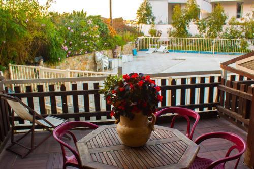 Ein Blick auf den Pool von der Unterkunft Résidence Posidonie oder aus der Nähe