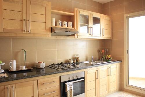 A kitchen or kitchenette at belle appartement proche de l'aeroport