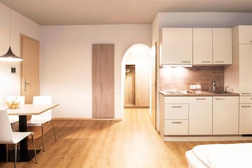 A kitchen or kitchenette at Daxburg Apartments