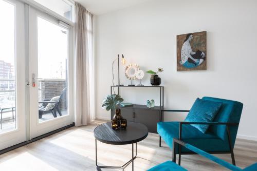 Een zitgedeelte bij BizStay Harbour Scheveningen Apartments