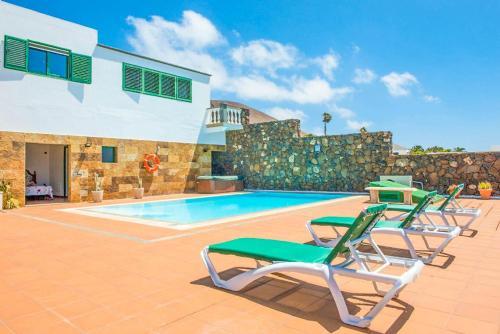 Het zwembad bij of vlak bij Villa Conil