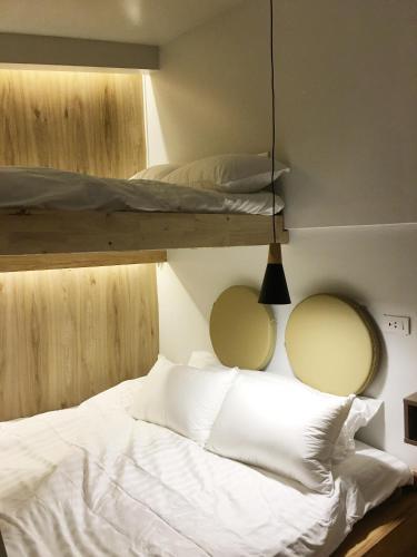 เตียงในห้องที่ The Goose House Ubon