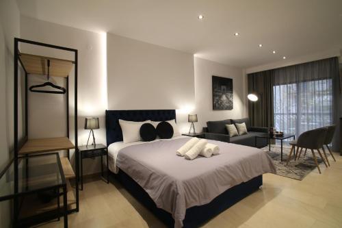 Ένα ή περισσότερα κρεβάτια σε δωμάτιο στο ZH Luxury Suites City Center view