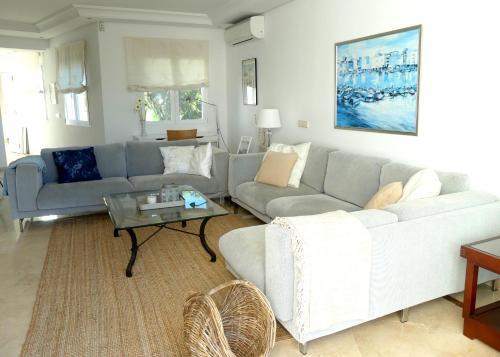 Een zitgedeelte bij Apartamento playa Mistral, Puerto Banus