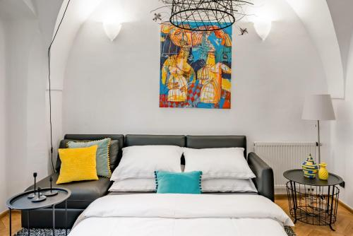 A bed or beds in a room at Art Apartment in the Heart of Old Town