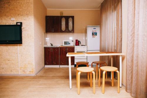 Кухня или мини-кухня в Apartamenty Kalina na Nikitina 32