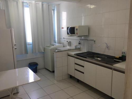 A kitchen or kitchenette at Apto 3a Avenida Balneário Camboriu