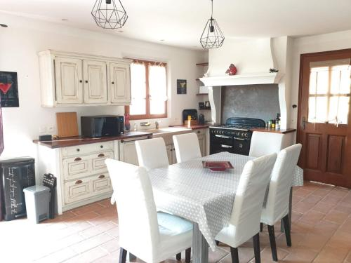 A kitchen or kitchenette at Villa Tropez