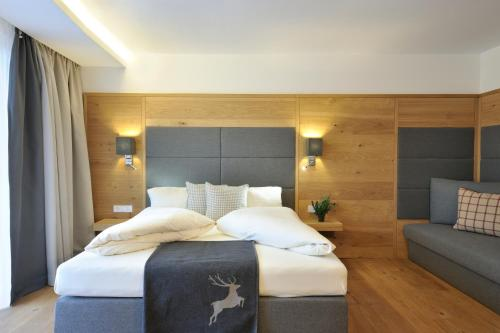 A bed or beds in a room at Sunnsait - Appartements für Genießer