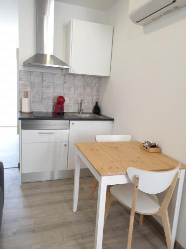 A kitchen or kitchenette at Ginosi El Chuto Apartel