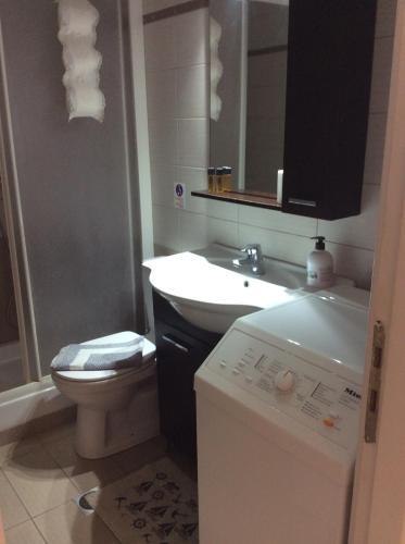 Ein Badezimmer in der Unterkunft Sofia Menigos Apartments No 20